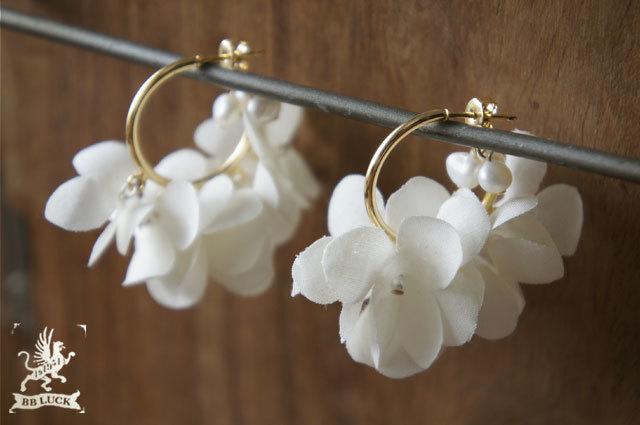 pierce  【 紫陽花と淡水パールのフープピアス * off white 】