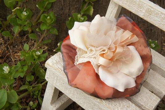 造花の花びら×花柄レースの春カラーコサージュ