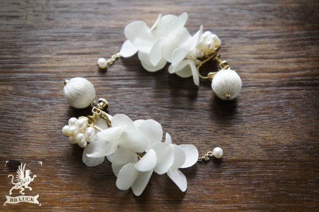 yukkkyさま order made * earring 【 ちいさな紫陽花と淡水パールのイヤリング * off white 】
