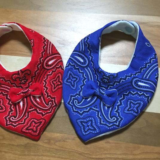 バンダナ柄のスタイ リボン付き  ブルー