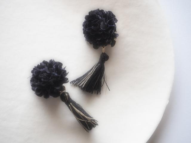 お花×タッセルのイヤリング ブラック
