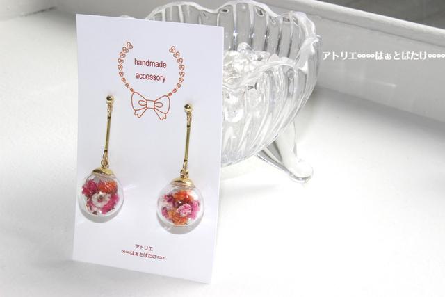 揺れるお花のガラスドームのピアス|カスミソウ|ピンク系