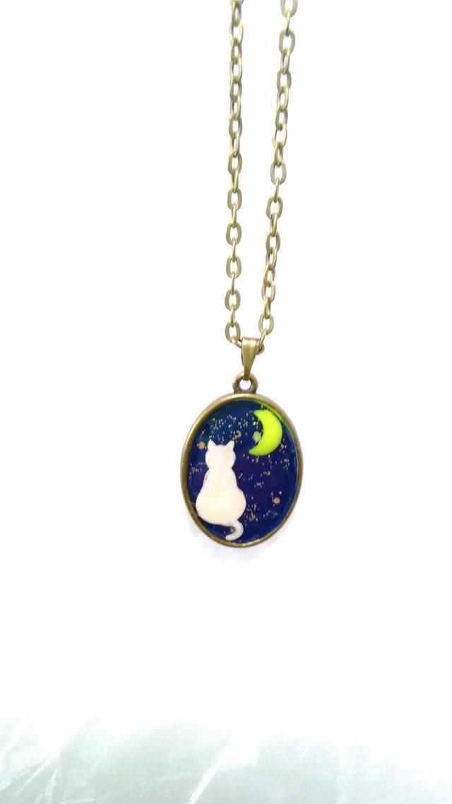猫が月を見る夜光ペンダント