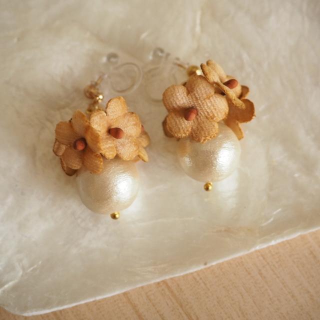 earrings #f-1 コットンパールと小花(茶)