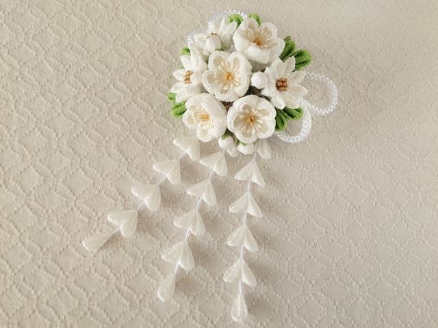 〈つまみ細工〉藤下がり付き梅と小菊と江戸打ち紐の髪飾り(白)