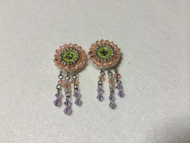 ビーズ刺繍の小さなイヤリング。ピーチVer