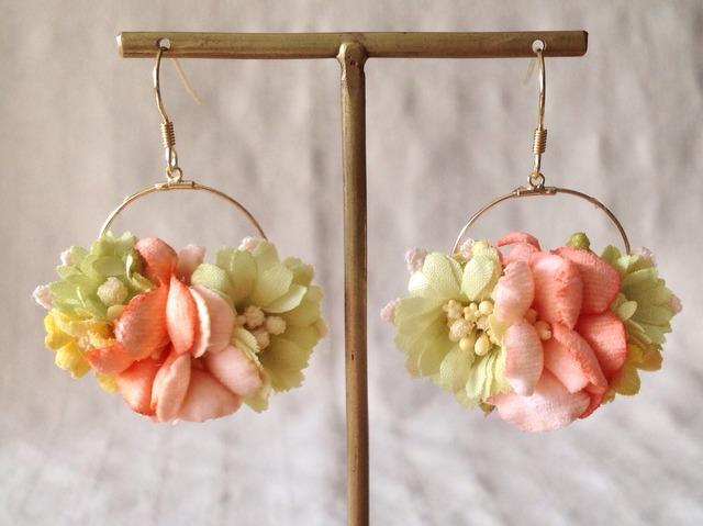 染め花の小さなフープピアス(グリーン&サーモンピンク)