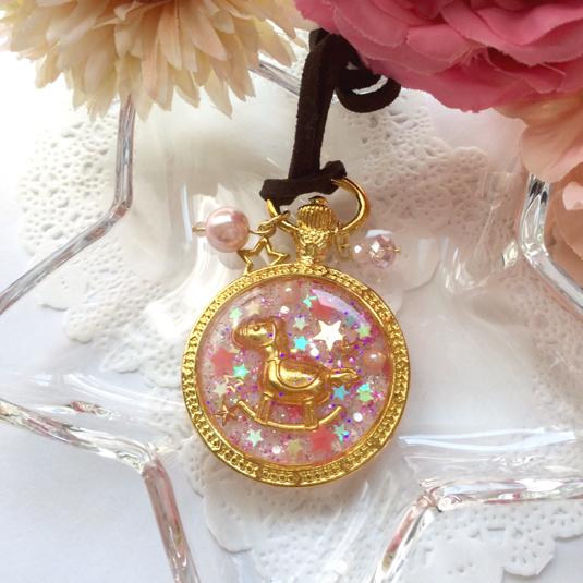 ピンクのキラキラ木馬ネックレス