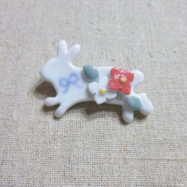 小花うさぎブローチ