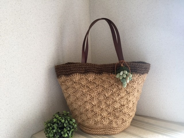 ♪松編みの麻ひもカゴバッグ マスカットのチャームと♪