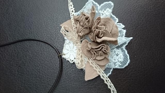 革花とレースのネックレス 本革 ペンダント ミルクティーベージュ
