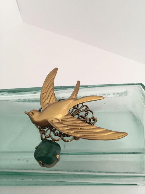金色燕のブローチ