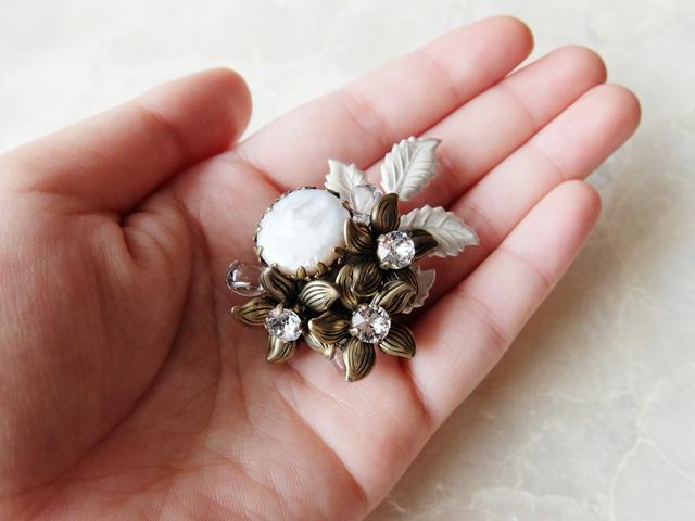 【ぶらん】水晶の朝露光るお花のブローチ