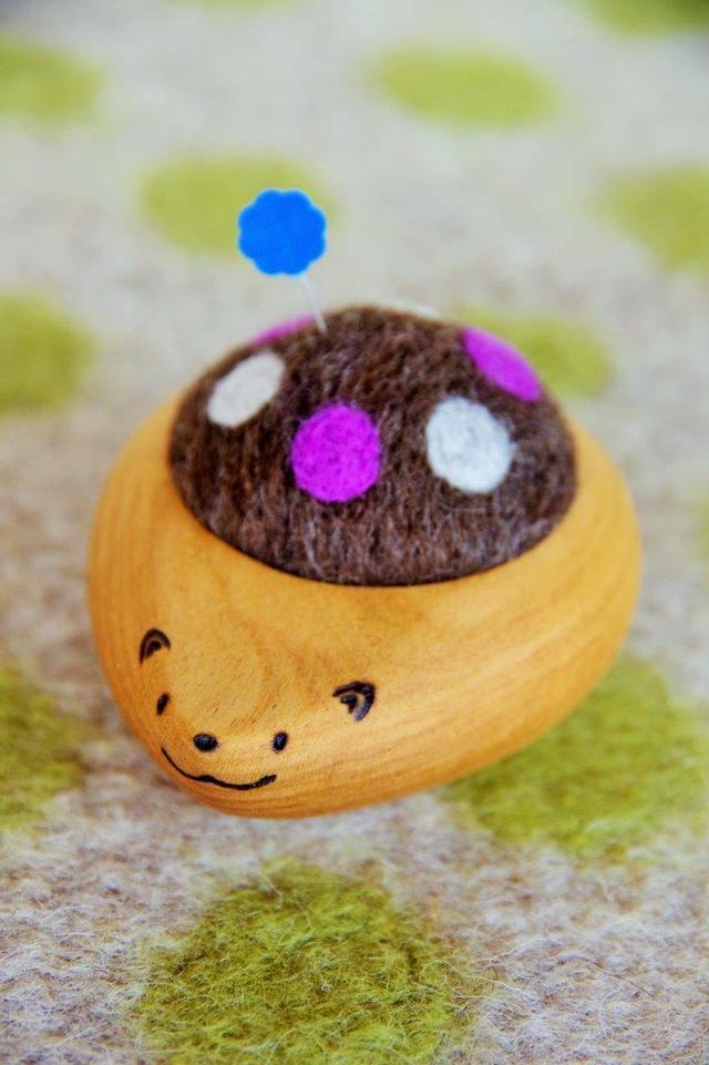 羊毛ピンクッション【針山】 はりねずみくん 水玉 紫