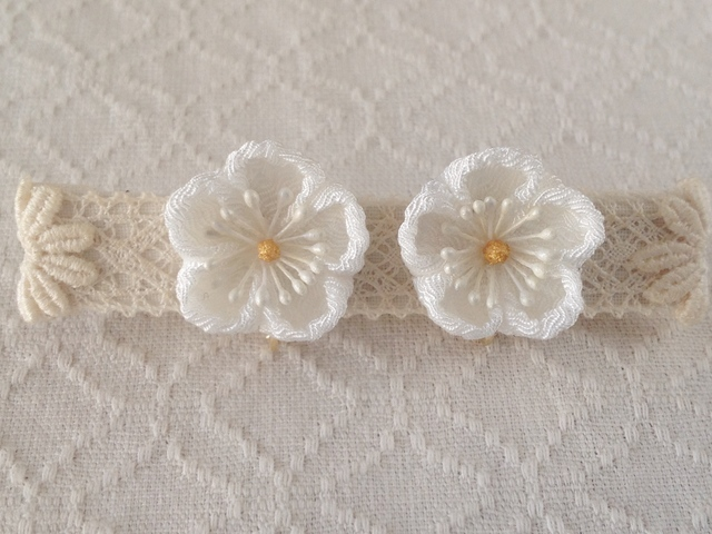 〈つまみ細工〉梅のイヤリング(白)