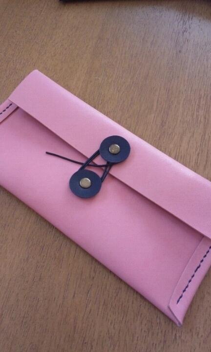 エンベロップ(封筒)型のレザーペンケース:ピンク