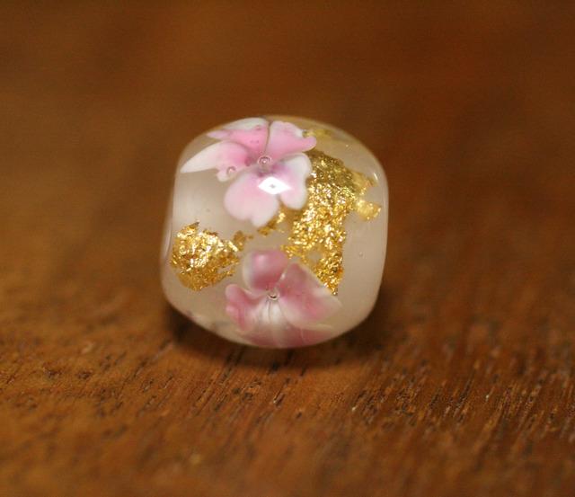 アウトレット glass beads (とんぼ玉)桜っぽい花/金箔入り