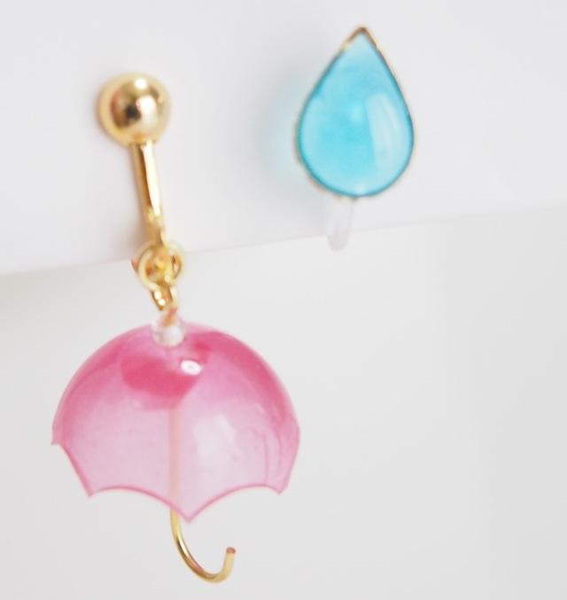 小さな傘と雨粒イヤリング