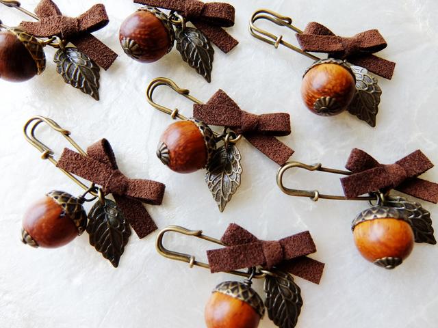 【秋の足音♪】木製どんぐりのミニミニブローチ
