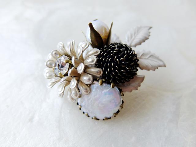 【ぶらん】ポンポン菊と淡水パールのつぼみブローチ