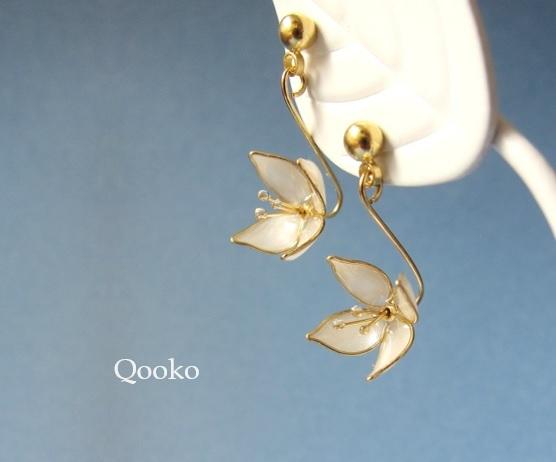 揺れる小花のピアス