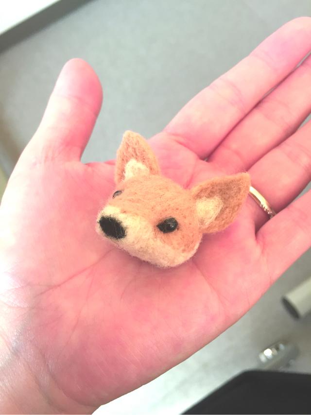 羊毛フェルトの狐さんブローチ