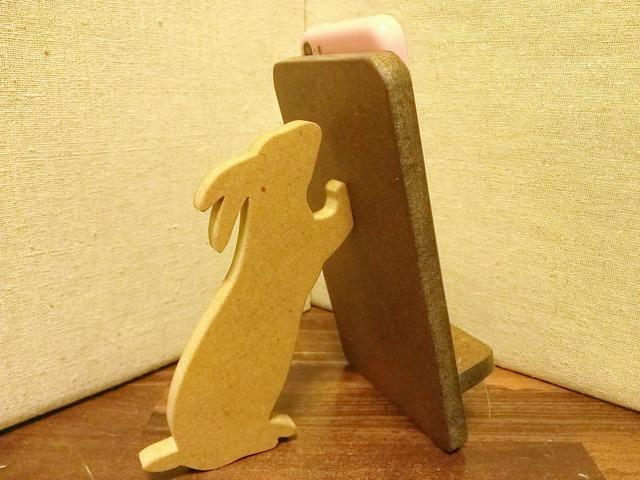 ウサギが支える携帯・スマホスタンド 濃茶