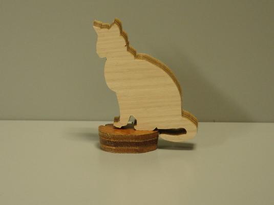 木製「お座りする子ネコ」