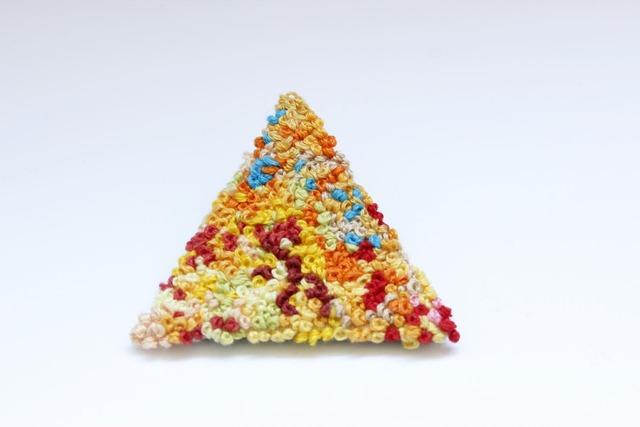 ツブツブローチ 三角C