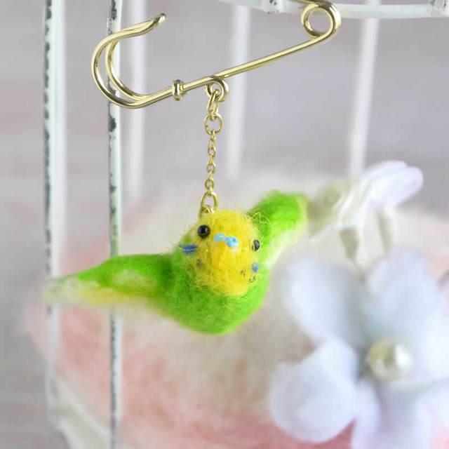 小鳥ブローチ 飛び立つセキセイインコ(黄緑)