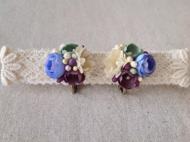 小花のくっつきイヤリング(青紫&緑&オフホワイト)