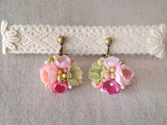 小花のぶら下がりイヤリング(ピンク&グリーン)
