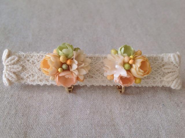 小花のくっつきイヤリング(オフホワ&黄緑&サーモン)