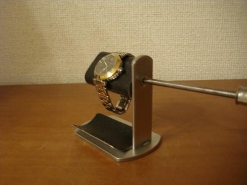 腕時計スタンド プラスドライバーでだ円パイプの角度を変えられるブラック腕時計スタンド トレイ付き
