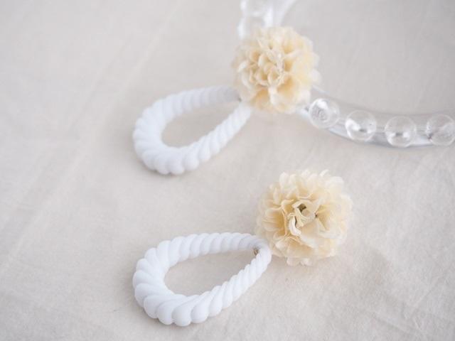 お花とアクリルロープのピアス(アイボリー)