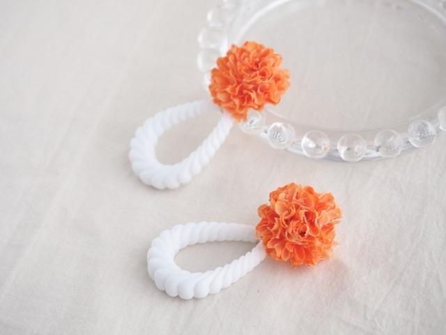 お花とアクリルロープのピアス(オレンジ)