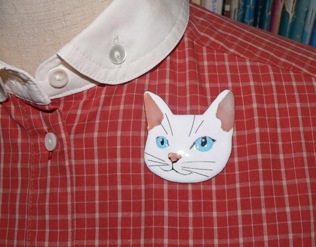 七宝焼・青い瞳の白猫のブローチ
