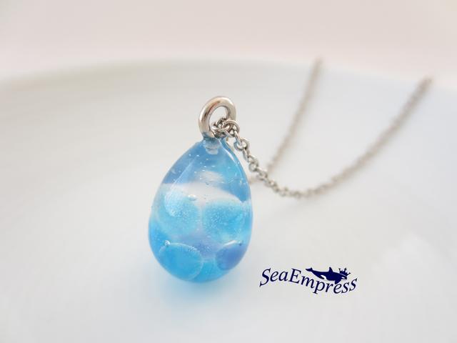 青ガラス玉と透明な雫ネックレス