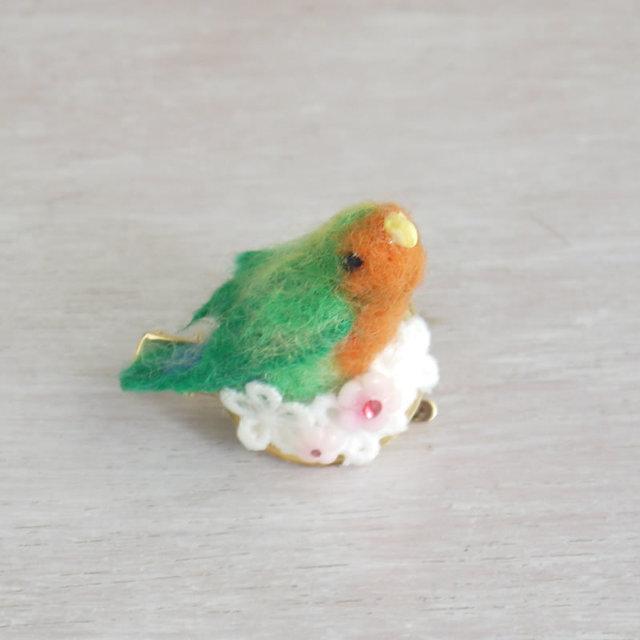 小鳥ブローチ お花とコザクラインコ