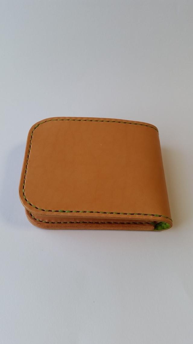 ラティーゴの二つ折り財布 黄緑色仕様