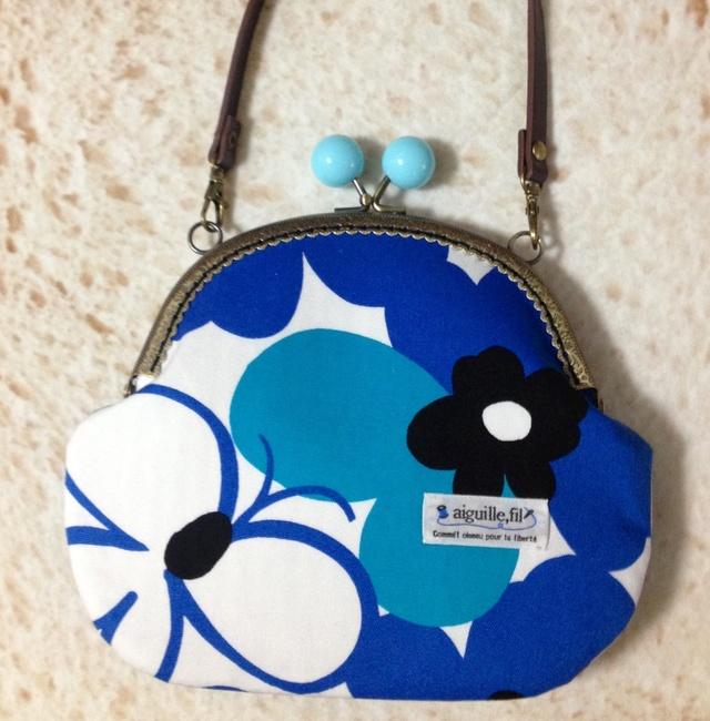 北欧風の青い大きなお花と蝶々*がま口ポシェット