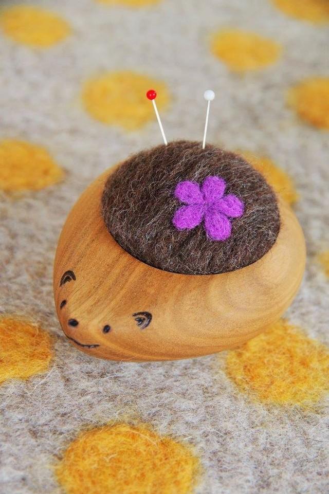 羊毛ピンクッション【針山】 はりねずみくん お花 紫