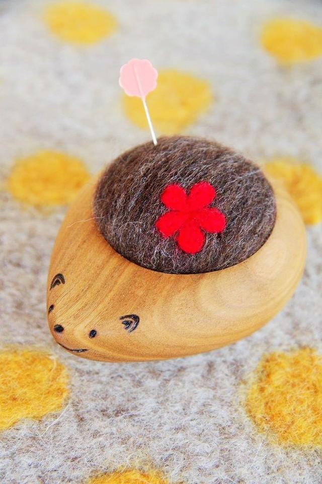 羊毛ピンクッション【針山】 はりねずみくん お花 赤色