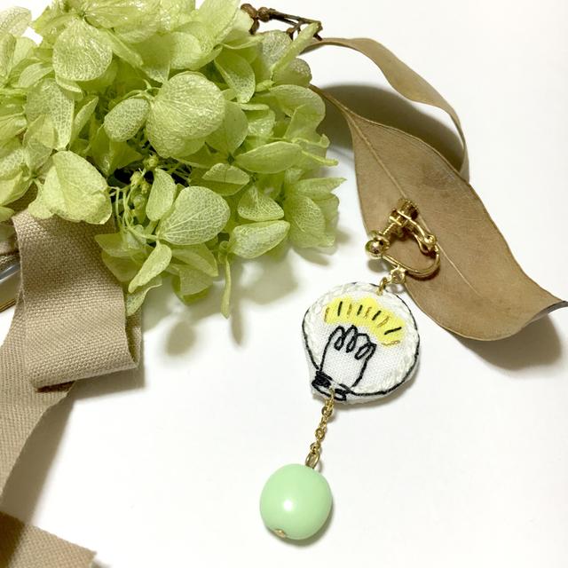 刺繍キラメキひらめき電球  耳飾り (片耳)