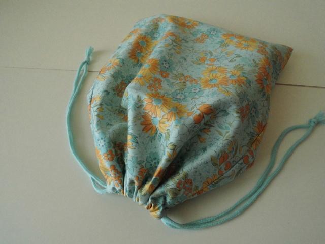 巾着袋(ブルー地にオレンジ色の花)