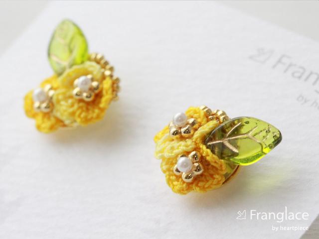 2枚花かさねリーフのピアス(マーブルイエロー)