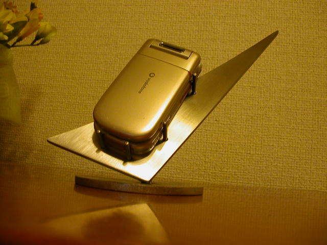 シャープなステンレス製携帯電話スタンド