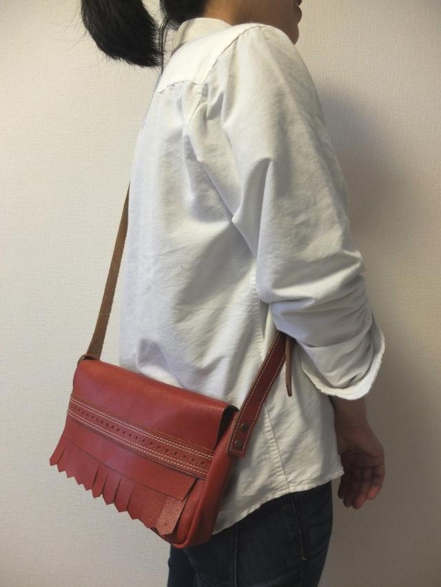 送料無料!!赤が目を惹く♪使いやすいサイズのショルダーバッグ