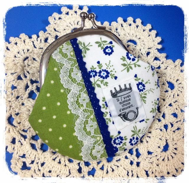 青いお花とグリーンドットのがま口