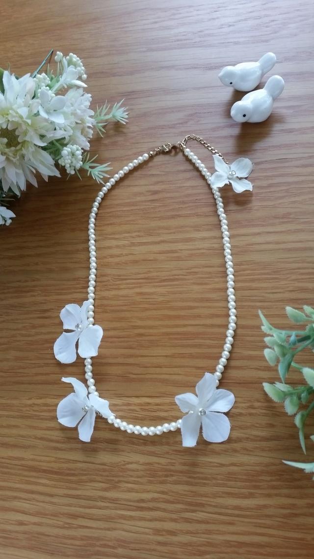 新作♪ 白い花びらがふわふわパールのネ...